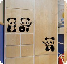Cubre de ternura las paredes de tu bebé con estos encantadores y curiosos osos panda bebé.