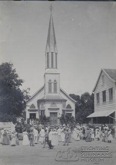 EBG kerk (Evangelische Broeder Gemeente) in de Gravenstraat, de huidige Henck Arronstraat.  Datum: Locatie: Paramaribo, Suriname Vervaardiger: Inv. Nr.: 27-182 Fotoarchief Stichting Surinaams Museum