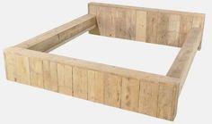 Ombouw voor een tweepersoons bed van steigerplanken met dubbele panelen.