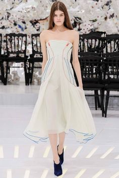 Свою новую коллекцию Christian Dior haute couture осень-зима 2014-2015 Раф Симонс решил продемонстрировать в усыпанном белыми орхидеями павильоне Музея Родена. В этой удивительно романтичной атмосфере и прошел показ, который