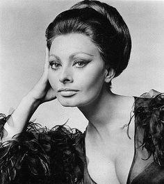 """Tarzıyla her zaman adından söz ettiren, moda denince akla gelen ilk isimlerden """"Sophia Loren""""."""