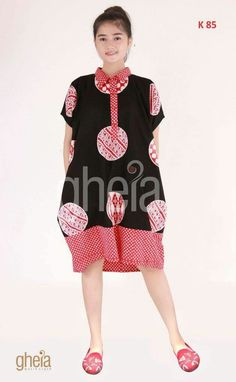 Batik Fashion, Women's Fashion, Batik Dress, Ethnic Dress, Dress Cuts, Kebaya, Simple Dresses, Traditional Outfits, Ikat