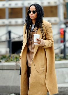 Stunning Camel Coats Outfits Street Style Ideas A while ago the camel coat was the favorite coat fashion wore.Because, seriously, a camel coat is exactly what we needed. It became the best coat in a long time, very classic and elegant. A camel c… Outfits Casual, Style Outfits, Mode Outfits, Casual Street Style, Looks Street Style, Vogue, Mantel Styling, Capsule Wardrobe, Zoe Kravitz Style