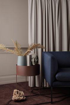 Датский бренд Ferm Living — одна из тех компаний, в каталогах которых нужно смаковать каждую деталь. А еще можно почерпнуть для себя очень много идей, особенно по сочетанию необычных модных оттенков. Ведь для съемок своих новых коллекций компания создает невероятно красивые интерьеры, миксуя красивые цвета стен, утонченную мебель и стильный декор. Встречайте — коллекция Весна-Лето …