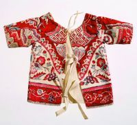 Streekdracht  'Tweedehands' babykleding  Babyjakje, Friesland   Voor babykleding werden vaak oudere stoffen gebruikt of hergebruikt. Die konden ook worden gekocht, want er was een bloeiende handel in tweedehands textiel. Vanwege de kwaliteit, de mooie kleuren en de hoge mate van kleurechtheid was sitspopulair. De grote hoeveelheid stof van een rok leende zich goed voor hergebruik. Er werden kraplappen, babyjakjes en andere kleine kledingstukken uit zo'n oude rok geknipt. Ook voor de…
