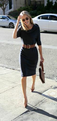 tenue travail avec une robe bleu foncée et accessoires marron