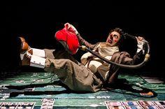 Contemplado pelo ProAC, tem em cena o ator e dramaturgo Victor Nóvoa e conta com a orientação de Gabriella Argento, artista circense do Cirque du Soleil.