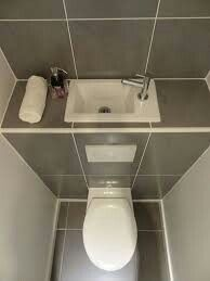 Un Lave-mains sur la chasse d'eau Do you lack space to install a washbasin in your toilet? Tiny Bathrooms, Tiny House Bathroom, Bathroom Design Small, Bathroom Layout, Bathroom Interior Design, Modern Bathroom, Small Toilet Room, Guest Toilet, Downstairs Toilet