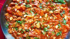 La Discada Mexicana se prepara generalmente en un disco grande, semejante a una sartén o paellera. La forma tradicional de preparar este plato es al aire libre, en la parrilla a las brasas. Puede prepararse con carne de res o cerdo, y a veces incluso con ambas. Esta receta me recuerda a los deliciosos guisados de carne que mi mamá siempre nos preparaba. Todo lo que necesitarás serán algunas tortillas de maíz tibias para acompañar este plato y disfrutar de sus sabores.