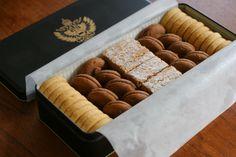 風格のある黑い缶の中に整然と並んだ姿が美しいクッキー。 手前から、アーモンドパウダーをふんだんに使ったバニラ・ウイーンの工房で作られたオリジナル...