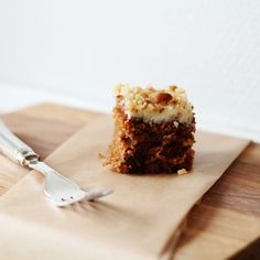 This carrot cake is SO amazing. It has a wonderful texture and beautiful cream cheese topping. (In Danish with translator)