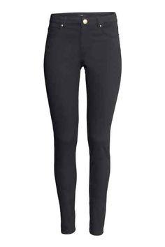Szupersztreccs nadrág : Ötzsebes, extra sztreccs, koptatott twillnadrág szűk szárral és normál derékkal.