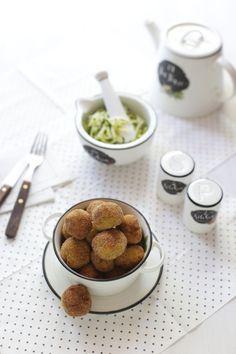 Le polpette di zucchine sono un secondo sfizioso di verdure, semplici e veloci da preparare un modo goloso per far mangiare le zucchine anche
