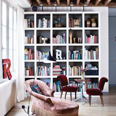 Un coin lecture qui mixe les styles - Marie Claire Deco Pastel, Bibliotheque Design, Home Decor Shelves, Balkon Design, Ethnic Decor, Parisian Apartment, Loft, Home Libraries, Home Office Design