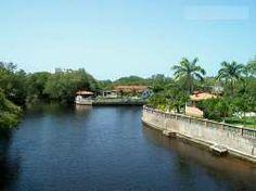 Canales de Rio Chico - En Los Canales se pueden apreciar hermosas casas y edificios ubicados a los lados del canal. A través de éste, se puede pasear en lancha, esquiar o pescar. La urbanización también cuenta con un campo de golf.