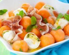 Melon à la mozzarella et jambon  : http://www.fourchette-et-bikini.fr/recettes/recettes-minceur/melon-la-mozzarella-et-jambon.html