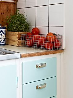 Love the turquoise. wire basket for on counter produce like tomatoes. Beautiful Interior Design, Dream Home Design, House Design, 1950s Furniture, Furniture Styles, Cheap Ornaments, 1950s Kitchen, Blue Cabinets, Wire Baskets