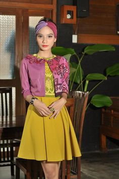 still using tenun bali. chic,young ,and casual Kebaya, Traditional Outfits, Ikat, Cloths, My Design, Blazer, Chic, Blouse, Classic
