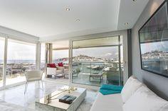 CAPRI APARTMENT | Contempla las espectaculares vistas al puerto de Botafoch y la bahía de Ibiza desde cualquier rincón de su espacioso salón.  #ilx #ibizaluxury #ibiza #bahiadeibia #capriapartment #apartments