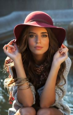 This pristine beauty is Spanish model Clara Alonso. This is simply gorgeous, and her hat is perfect! Clara Alonso, Most Beautiful Faces, Beautiful Girl Image, Beautiful Eyes, Beautiful Clothes, Dating Girls, Mademoiselle, Stunning Women, Girl With Hat