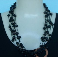 Maxi colar preto feito com sementes de açaí e fio encerado. R$ 8,00