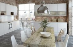 Tavolo in legno grezzo in cucina