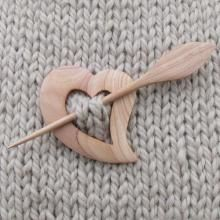 Billedresultat for como hacer shawl brooch Dremel Projects, Diy Wood Projects, Wooden Crafts, Diy And Crafts, Whittling Wood, Bone Crafts, Plymouth Yarn, Diy Hair Accessories, Wooden Jewelry
