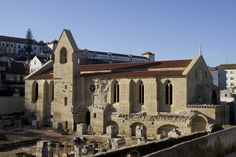 Mosteiro de Santa Clara-a-Velha com recorde de visitantes Fun Art, Cool Art, Santa Clara, Portuguese, Castles, Mansions, House Styles, Lisbon Portugal, People
