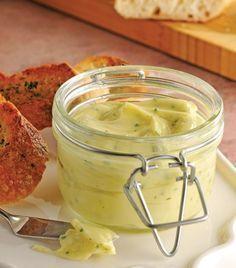 Mantequilla de ajo y hierbas! 1/2 taza de mantequilla a temperatura ambiente 3 dientes de ajo hechos puré 1 cucharada de perejil picado 1 cucharadita de ciboulette picado Sal