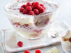 Zartes Himbeer-Trifle mit weißem Schokoladenpudding