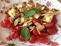 O Livro das Especiarias Vai precisar de... 15 folhas de manjericão pequenas 120g de mini tomatinhos maduros 4 tomates seco 6 azeitonas pretas 1 colher de sopa de pinoles ou amêndoas em lascas 2 pit...
