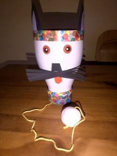 Un bilboquet rigolo, tête de chat !!! Une bouteille de lait, une boule de ouate, du fil de coton de couleur, du papier coloré, des yeux à coller, du masking tape... beaucoup d'imagination et un bilboquet à réaliser !!!