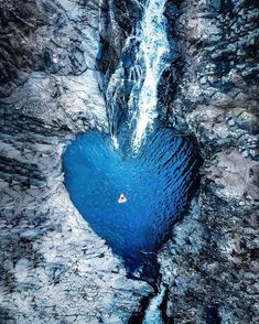 """38.7K 次赞、 352 条评论 - OUR PLANET DAILY (@ourplanetdaily) 在 Instagram 发布:""""💙Swimming in a Heart-Shaped Pool  Photo by © @kristofferforby"""""""
