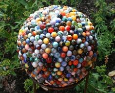 Garden balls tutorial showing how to make garden art balls with bowling balls or lamp globes and flat marbles. Garden Crafts, Garden Projects, Crafty Projects, Gardening For Beginners, Gardening Tips, Pallet Gardening, Kitchen Gardening, Bowling Ball Art, Marble Ball