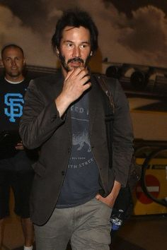 https://flic.kr/p/nNnHXM   42-58983483   29 May 2014, Los Angeles, California, USA --- UK CLIENTS MUST CREDIT: AKM-GSI ONLY Los Angeles, CA - Keanu Reeves was in a hurry as he arrived for his flight out of LAX. The scruffy 'Matrix' star did not have time for the swarm of autograph collectors who waited for him at the airport. Pictured: Keanu Reeves --- Image by © AKM-GSI/Splash News/Corbis