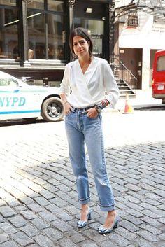 Une blouse blanche avec un jean brut