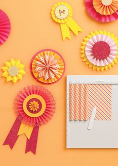 My scoring board allows you to create the crisp, straight folds on these paper rosettes quickly and easily. カラフルロゼットアレンジ