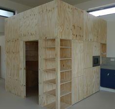 Met deze Cube wilde de klant een niet alledaags object in zijn woning integreren waarbij keuken, opbergruimten, en vide opgenomen zijn. Dat het Keukenbureau namens Totaal afbouw hier graag haar medewerking aan verleent is vanzelfsprekend, immers een uitdaging biedt kans op groei.