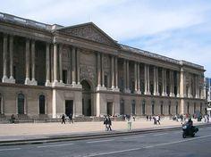 Em um palácio do século 12, o Louvre era a antiga residência dos reis da França, e foi transformado em museu em 1793 durante a Revolução Francesa. À medida que os anos foram passando, novas galerias foram sendo criadas e se transformando no que conhecemos hoje: um museu moderno, rico em história e arte.