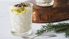 Kuohkea ja joulumausteinen mangorahka sopii joulun ajan jälkiruoaksi. Ihanan raikas passionkastike raikastaa rahkan. Tämä resepti n. 1,15€/annos*. Something Sweet, Nom Nom, Baking, Desserts, Recipes, Food, Christmas, Tailgate Desserts, Xmas