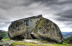 Maison en pierre au Portugal. On a quelque chose de semblable en Bretagne - 17 maisons mystiques mais bien réelles dans lesquelles vous adoreriez vivre   Daily Geek Show