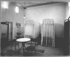 COLLECTIE TROPENMUSEUM Interieur van een gastenkamer Hotel des Indes Batavia…