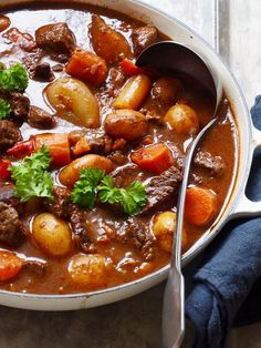 Goulash – Food On The Table – Oppskrifters Cooking Recipes, Beef Recipes, Healthy Recipes, I Love Food, Good Food, Danish Cuisine, Food Porn, Diy Food, Food Inspiration