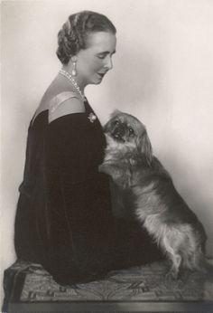 Queen Marie of Romania with her Pekingese Yorkies, Pekingese Dogs, Romanian Royal Family, Fu Dog, Japanese Chin, Vintage Dog, Kaiser, Vintage Photos, Vintage Portrait