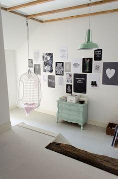 Kleur buikkastje in combinatie posters, wow! Binnenkijker VTWonen van Mignon van de Bluunt