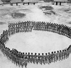 ©José Medeiros, 1957.Ritual de dança da tribo caiapó kuben-kran-ken, Pará.Para ver mais, conheça esse site incrível.