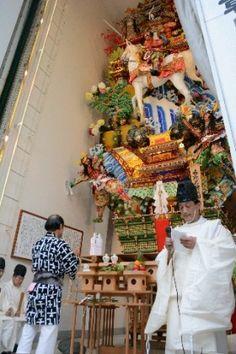 「御神入れ」が行われた櫛田神社境内に立つ飾り山笠