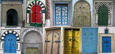"""As portas da Tunísia. São uma atração à parte, e vale a pena reservar um tempinho para observá-las. Geralmente, são decoradas com cravos de ferro, formando grafismos variados, como se fossem a """"marca registrada"""" do morador."""