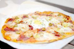 Pizza con huevo, jamón, aceitunas, alcachofas…