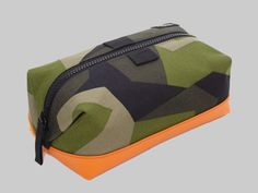 Utilizing highly wear-resistant Cordura material alongside a Swedish armed forces-sourced pattern, each piece in the Jack Spade camo bags collection gets a further highlight with a dipped and reinforced bottom. Camo Bag, Jack Spade, Dopp Kit, Best Gifts For Men, Travel Kits, Canvas Tote Bags, Backpack Bags, Messenger Bags, Fashion Bags
